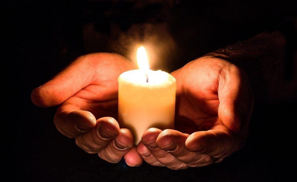 Pozivi k trajnostnemu ravnanju pri nakupu sveč: Slovenci jih na leto še vedno prižgemo 16 milijonov